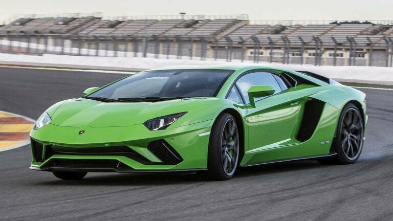 Lamborghini-Aventador-capó-capó